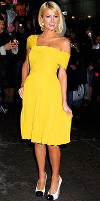 """Paris Hilton  Hiçbir şey trafiği """"taksi sarısı"""" gibi durduramaz! Paris Hilton açık sarı renk saçları ve kumral teniyle bu sapsarı elbise içinde ışık saçıyor."""